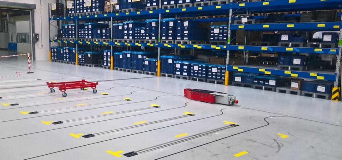 Automatisiertes Lager mit fahrerlosen Transportsystemen